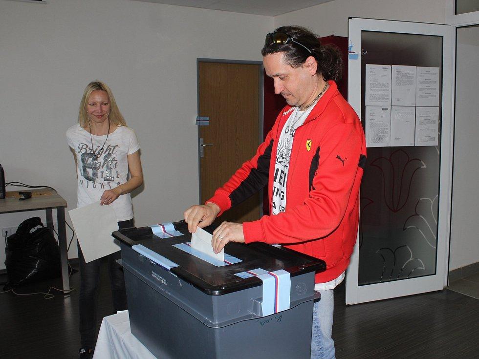 Do Evropského parlamentu přišli v sobotu dopoledne 25. května 2019  volit v Ratiboři také Vladimír a Ina Valchářovi.