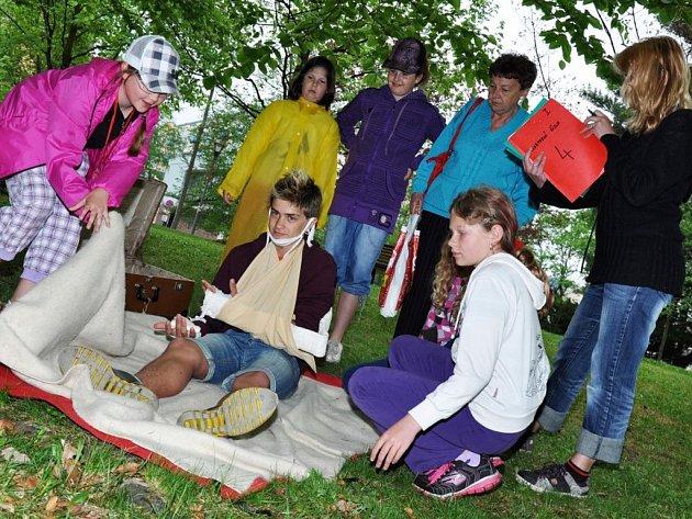 Mladí zdravotníci ze základních škol z celého Valašska soutěží 3. května 2012 ve parku Panská zahrada ve Vsetíně v okresním kole soutěže mladých zdravotníků