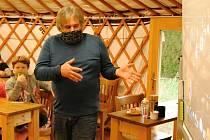 Odborný pracovník meziříčské hvězdárny Radek Kraus přednášel ve čtvrtek 17. prosince 2020 žákům ZŠ Žerotínova ve Valašském Meziříčí o sluneční soustavě v mongolské jurtě na školní zahradě.
