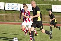 V utkání divize E fotbalisté Valašského Meziříčí (červenobílé dresy) prohráli s Dolním Benešovem 1:3.