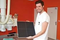 Vedoucí laborant meziříčského radiodiagnostického oddělení Tomáš Tejkl s novým panelem pro snímkování pacientů.