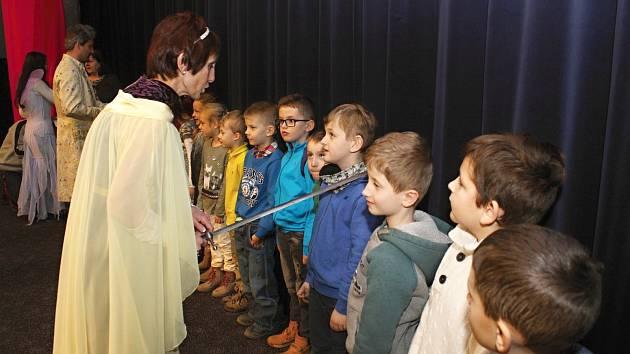 Pasování prvňáčků na rytíře a rytířky řádu krásného slova se zúčastnilo 16 tříd 7 vsetínských základních škol.