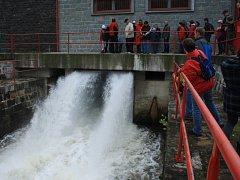 Návštěvníci si stoletou přehradu Bystřička prohlédli dokonale.