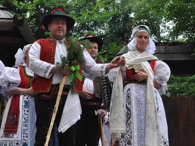 Ve Valašském muzeu v přírodě v Rožnově pod Radhoštěm byla v neděli 30. června 2013 odpoledne k vidění krojovaná valašská svatba. Předvedli ji členové souborů Hafery, Vranečka a Javořina