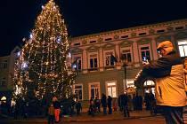 Na rožnovském Masarykově náměstí v pátek 28. listopadu 2014 slavnostně rozsvítili vánoční strom a představili Betlém karpatského lidu. Programu přihlížely stovky lidí.