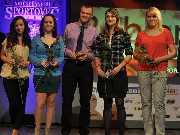Nejúspěšnější sportovec roku 2013: mezi jednotlivci byli oceněni (zprava doleva) kuželkářka Markéta Jandíková, westernová jezdkyně Kateřina Jurajdová, kickboxer Radek Veřmiřovský, karatistka Kateřina Kleiblová a trampolinistka Kateřina Solanská.