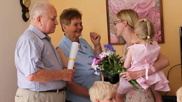 Manželé Zajíčkovi z Janové na Vsetínsku slavili v sobotu 27. července 2013 dimantovou svatbu. Třiaosmdesátiletá Marie a pětaosmdesátiletý Bohumil si po šedesáti letech symbolicky znovu vyměnili prstýnky.