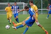 Fotbalisté Velkých Karlovic (žluté dresy) favorizované Vítkovice potrápili, ale na body nedosáhli.