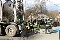 Nákladní automobil poškodil v pátek 23. dubna 2021 při průjezdů obcí Jarcová na Valašskomeziříčsku transformátor. Uniklý olej znečistil řeku Bečvu.
