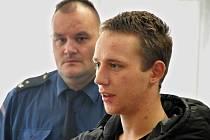 Devatenáctiletý Michal Jiráček z Kelče stanul před Okresním soudem ve Vsetíně. Je obžalovaný ze série třinácti vloupání a krádeží.