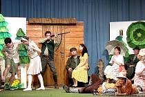 Zatím poslední představení Trampoty hajného Klobáska předvedli divadelníci nadšenému publiku už pětkrát.