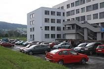 Vsetínská nemocnice řeší problém s parkováním u polikliniky, ale i v areálu nemocnice.