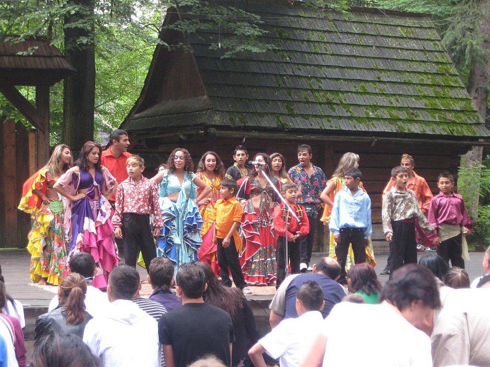 V rožnovském skanzenu v sobotu 24. července vystoupily hudební a taneční festival Romská píseň. Soubory z Maďarska, Slovenska i České republiky nabídly návštěvníkům možnost seznámit se s romskou kulturou.