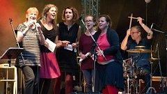 Druhý ročník mezinárodního hudebního festivalu lidského hlasu – Hlasy hostil v sobotu 1. září 2018 dřevěný amfiteátr na Stráni v Rožnově pod Radhoštěm. Zazpívala také jazzová zpěvačka Jana Koubková (zcela vlevo)