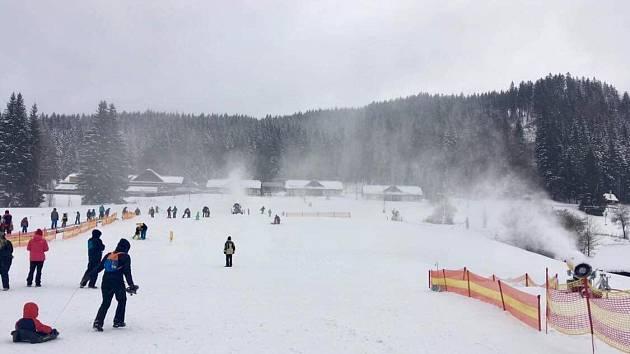 Ve Ski areálu Razula ve Velkých Karlovicích se díky ochlazení rozjede 30. prosince vlek na sjezdovce Horal.