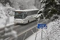 Řidičům na Vsetínsku zkomplikovalo ve středu 10. února 2016 husté sněžení.