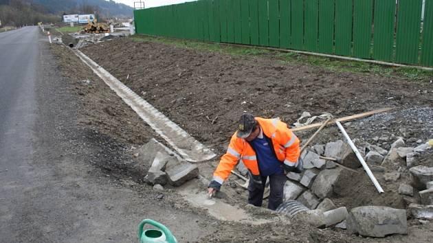 Dělníci pracují na opravě silnice mezi Janovou a Hovězím na Vsetínsku.