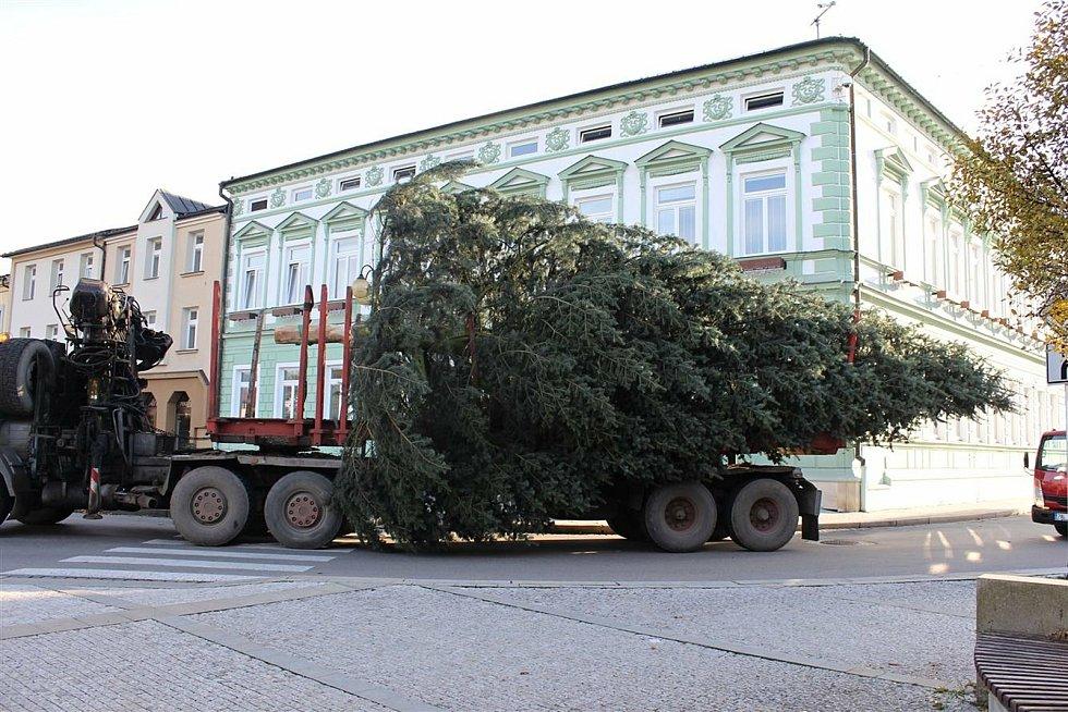 Převoz a instalace vánočního stromu na Masarykově náměstí v Rožnově pod Radhoštěm.