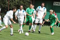 Fotbalisté Velkých Karlovic + Karolinky (v zeleném) porazili v úvodním kole KP doma Morkovice (2:0).