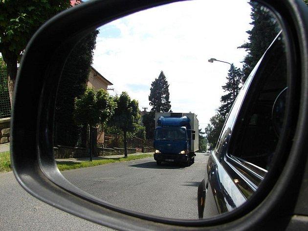Šafaříkovou ulicí projedou stovky nákladních aut denně. Místním lidem se to nelíbí, chtějí zamezit průjezdu nákladních aut.