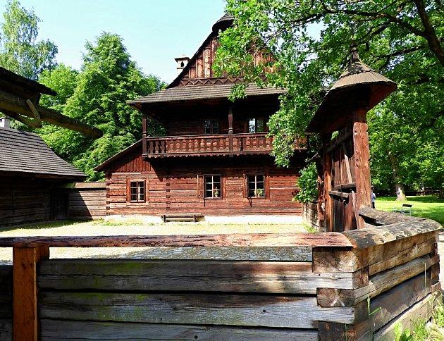 Dřevěné městečko a Valašská dědina - Valašské muzeum vpřírodě vRožnově pod Radhoštěm.