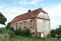 Barokní sýpka v Kelči se mění v památkově chráněnou ruinu.