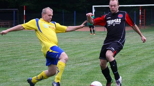 Fotbalisté Byniny (žluté dresy) v posledním kole III. třídy porazili Krhovou 4:0.