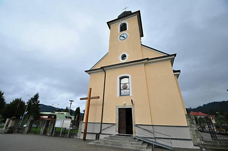 Halenkov - farní kostel Povýšení svatého Kříže vysvěcený roku 1788.