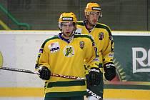 Druholigoví hokejisté Vsetína, Zbyněk Spizer (vzadu) a František Zúbek.