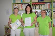 Kuchařky v čele s vedoucí Kateřinou Slabíkovou obdržely certifikát za úspěšnou účast v projektu Zdravá školní jídelna