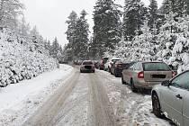 Silnice přes Kohútku na Slovensko byla v pátek odpoledne plná uvízlých aut. Řidiči i přes dopravní značení nepoužili řetězy a zůstali v kopci.