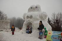 Sochy ze sněhu a ledu přilákaly o víkendu na Pustevny davy lidí.