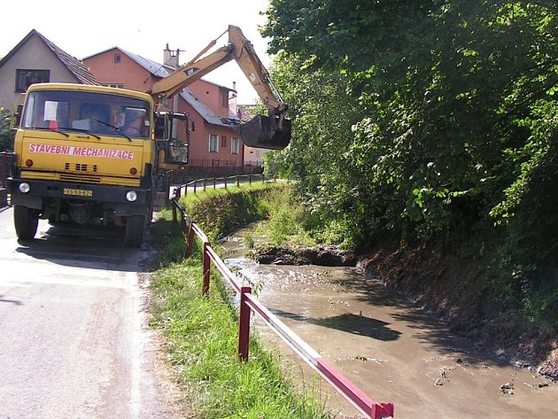 Bagr čistil koryto potoka