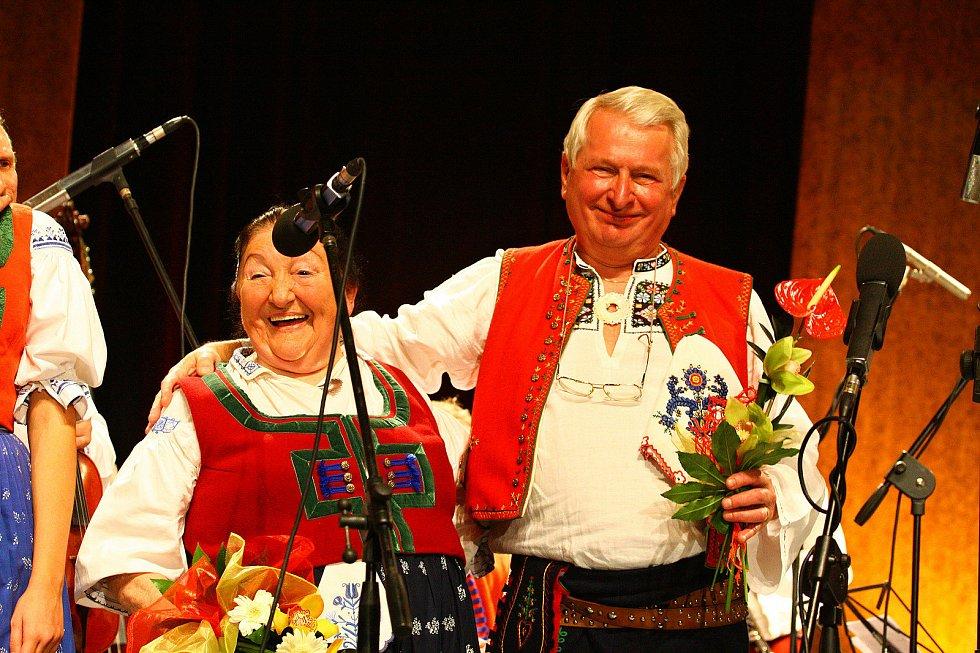 Josef Laža s Jarmilou Šulákovou ve vsetínském Domě kultury při oslavě společných 150. narozeniny (Josef Laža 70 let, Jarmila Šuláková 80 let); rok 2009