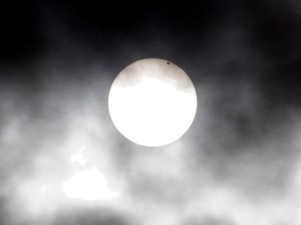 Venuše se pomalu blížila na okraj slunečního kotouče