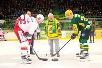 Hokejisté Vsetína (zelené dresy) porazili Slavii Praha 5:0. Česné buly vhodil Horst Valášek