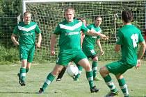 Fotbalisté Kladerub (zelené dresy) vstoupili do jara výhrou ve Stříteži 3:0.