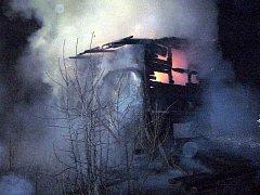 Zahradní domek s posezením v Poličné u Valašského Meziříčí pohltily v pátek večer plameny. Na místě se pohybovali dva opilí mladí muži, které zadrželi policisté.