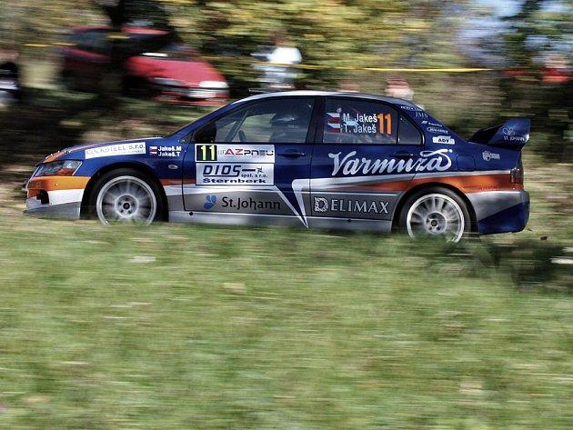 Posádka Mirek Jakeš – Tomáš Jakeš na trati AZ Pneu rally Jeseníky, kde zajela skvělý závod a skončila druhá.