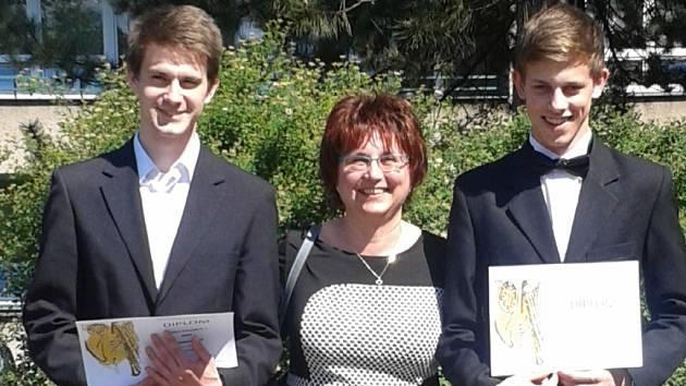 Klarinetiské Josef Filgas z Lužné (vpravo) a Pavel Olejníček ze Vsetína se svou učitelkou Zdenou Machačovou.