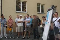 Projektanti (v pozadí) pozorně poslouchali návrhy místních obyvatel a probírali s nimi řešení, která by se mohla v kolonce uskutečnit.