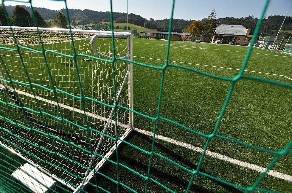 Vidče - fotbalové hřiště s umělým povrchem v rekonstruovaném sportovně-kulturním areálu.