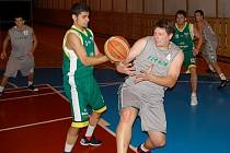 Basketbalisté Jasenice B (zelené dresy) si opět po roce zahrají finále play off, opět proti Prostějovu B.