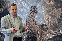 Starosta Vsetína Jiří Čunek představuje a vysvětluje investiční záměr týkající se protipovodňové ochrany na řece Vsetínská Bečva ve Vsetíně; radnice ve Vsetíně, úterý 22. března 2016