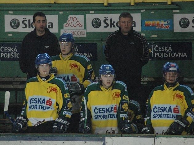 Střídačka Vsetína - trenéři Josef Turek (vlevo) a Jaroslav Plachtovič