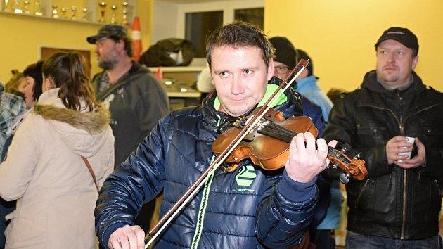 V Janové si u cimbálové muziky koledy s Deníkem zazpívalo na osmdesát místních lidí. Akci spojili s jarmarkem výrobků mladých hasičů a dětí z janovské mateřinky. Výtěžek z prodeje půjde na jejich činnost.