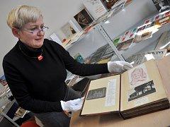 Knihovnice Valašského muzea v přírodě v Rožnově pod Radhoštěm Anna Borová ukazuje historické rukopisné kroniky, které má muzejní knihovna ve svém fondu.