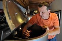 Majitel Hospody Pod Pralesem ve Velkých Karlovicích Lubor Gášek připravuje zařízení pro nový vznikajicí minipivovar. Pivo bude vařit přímo v hospodě.