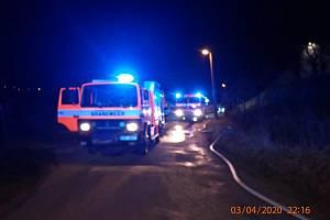 Hasiči likvidují požár stodoly u rodinného domu v Poličné na Valašskomeziříčsku. (3. dubna 2020)