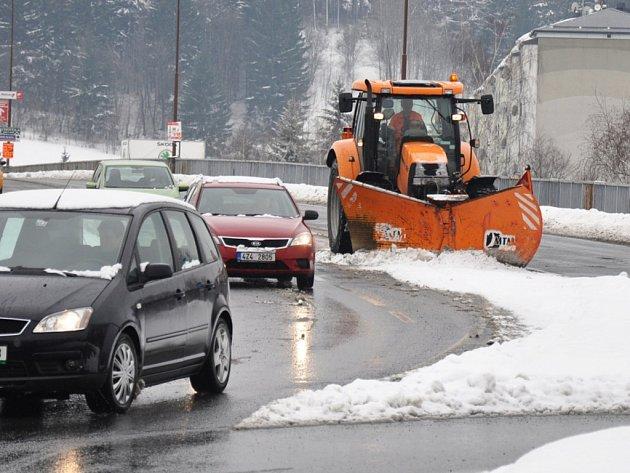 Silničáři a pracovníci technických služeb se ve Vsetíně potýkají s následky sněžení; Vsetín, středa 3. dubna 2013.